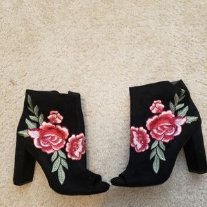 Bootie heel with embroidered rose